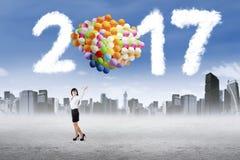 De ballons van de ondernemersgreep met 2017 Stock Afbeeldingen