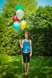 De ballons van de tienerholding royalty-vrije stock foto's