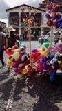 De ballonverkoper in het centrum van stad stock afbeeldingen