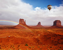 De ballonvliegen over Rode Woestijn Royalty-vrije Stock Afbeeldingen