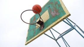De baloncesto del aro de la parte inferior del deporte de la opinión la bola oxidada vieja del hierro al aire libre entra en la c almacen de metraje de vídeo