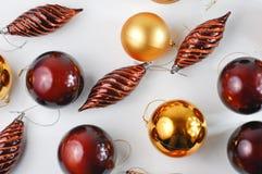 De balornamenten van Kerstmis op witte achtergrond Stock Afbeeldingen