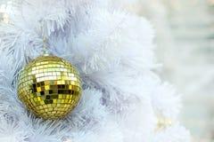 De balpunten van spiegel vormen de Gouden Kerstmis op witte pastei en gele bokeh LEIDENE verlichtingsachtergrond Royalty-vrije Stock Foto's