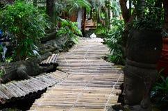 De bamboebrug dient als voetweg en decoratie in een Aziatisch aquatisch park van het wildernisthema stock foto