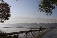 De bamboebrug over de rivier van Yingjiang Stock Foto