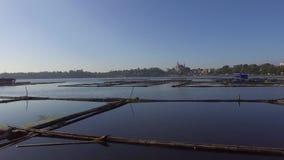 De de bamboehut en structuur voor lokale aquicultuur wordt gebouwd verstrekken levensonderhoud voor kleine landelijke landbouwgem stock videobeelden
