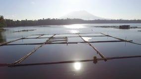 De de bamboehut en structuur voor lokale aquicultuur wordt gebouwd verstrekken levensonderhoud voor kleine landelijke landbouwgem stock footage