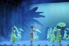 De bamboepantoffels en behangen de paraplu-tweede handeling van de gebeurtenissen van dans drama-Shawan van het verleden Stock Foto