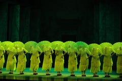 De bamboepantoffels en behangen de paraplu-tweede handeling van de gebeurtenissen van dans drama-Shawan van het verleden Royalty-vrije Stock Fotografie