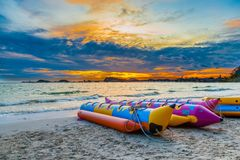 De banaanboot met mooie hemel in de avond bij Nang-rumstrand Royalty-vrije Stock Afbeelding
