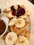 De banaanwafel met Framboos, Gepoederde Suiker en Chocoladeroom diende bij Restaurant royalty-vrije stock foto's