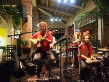 De band Mike Love Jams zingt en blokkeert in Mai Tai Bar Stock Foto
