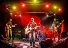 De band presteert op stadium in een nachtclub Royalty-vrije Stock Foto