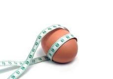 De band van de meting die rond het ei wordt verpakt Stock Foto's