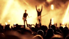 De band van de rotsgitarist op openlucht levende muziek toont stock footage