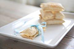 De band van het gebakje door een baby-blauw lint. Royalty-vrije Stock Foto