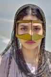 De Bandarivrouw draagt een traditioneel masker, strand van Perzisch Golf royalty-vrije stock fotografie