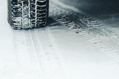 De Banden van de winter in de Sneeuw stock foto's