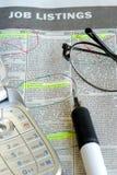 De banen van het onderzoek in een krant geclassificeerd sectie stock foto's