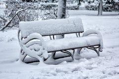 De bank in het park is behandeld in sneeuw De winter Royalty-vrije Stock Fotografie