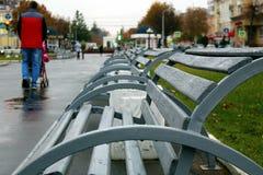 De bank in het park is leeg in de herfst stock afbeeldingen
