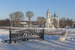 De bank met de inschrijving ` liet ` s zitten, pookaem ` op de dijkrivieren Vologda en mening van de Kerkmaria-lichtmis van Lord stock foto