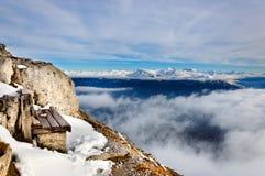 De bank op de rand van de berg Royalty-vrije Stock Fotografie