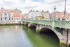 De bank van de Liffeyrivier in Dublin, Ire stock foto's