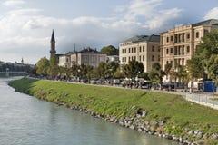 De bank van de Salzachrivier in Salzburg, Oostenrijk royalty-vrije stock foto