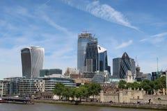 de bank van de groeps gebouwen rivier bedwingt royalty-vrije stock foto