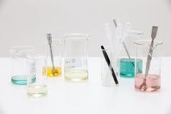 De bank van het laboratorium met diverse mengsels. Stock Foto