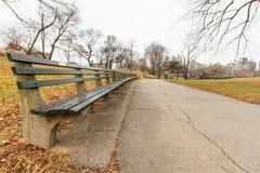 De bank van het park in de herfst royalty-vrije stock foto