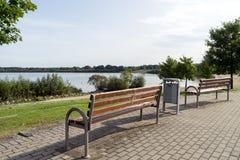 De bank van het park in de herfst stock foto