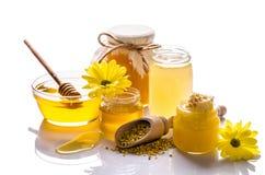 De bank van honing met honingraten, glaskom met honing Stock Foto's