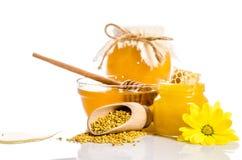 De bank van honing met honingraten, glaskom met honing Stock Foto