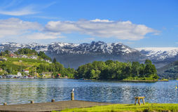 De bank van Noorwegen met mening Hardanger Fiord Stock Afbeeldingen