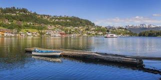De bank van Noorwegen met mening Hardanger Fiord Stock Foto