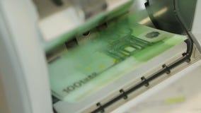 De bankbiljetteller verhaalt 100 Euro stock videobeelden