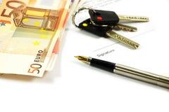 De bankbiljetten, de sleutels en a gouden-nibbed pen Stock Afbeeldingen