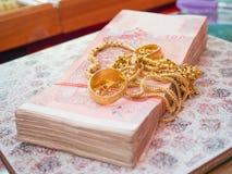 De bankbiljetten en de gouden juwelen voor uitwisseling, het goud zijn waardevol en kosten Royalty-vrije Stock Fotografie