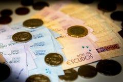 De bankbiljetten en de muntstukken van Kaapverdië stock afbeelding