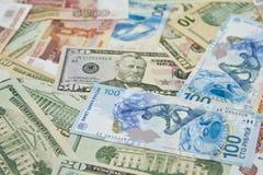 De bankbiljetten liggen gemengd. Royalty-vrije Stock Afbeelding