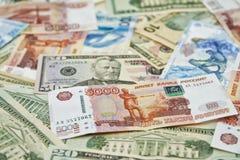 De bankbiljetten liggen gemengd. Stock Foto