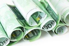 De bankbiljetten rolden omhoog op wit Stock Fotografie