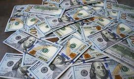 De bankbiljetten van de contant gelddollar op de lijst uit worden uitgespreid die Stock Fotografie