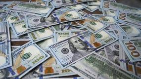 De bankbiljetten van de contant gelddollar op de lijst uit worden uitgespreid die Royalty-vrije Stock Foto