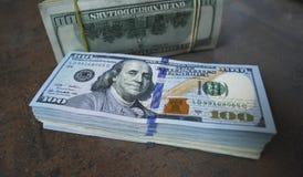De bankbiljetten van de contant gelddollar op de lijst uit worden uitgespreid die Royalty-vrije Stock Afbeelding
