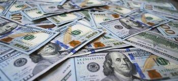De bankbiljetten van de contant gelddollar op de lijst uit worden uitgespreid die Royalty-vrije Stock Afbeeldingen