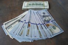 De bankbiljetten van de contant gelddollar op de lijst uit worden uitgespreid die Royalty-vrije Stock Fotografie