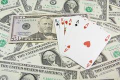 De bankbiljetten van de dollar en holdem pookkaarten Royalty-vrije Stock Fotografie